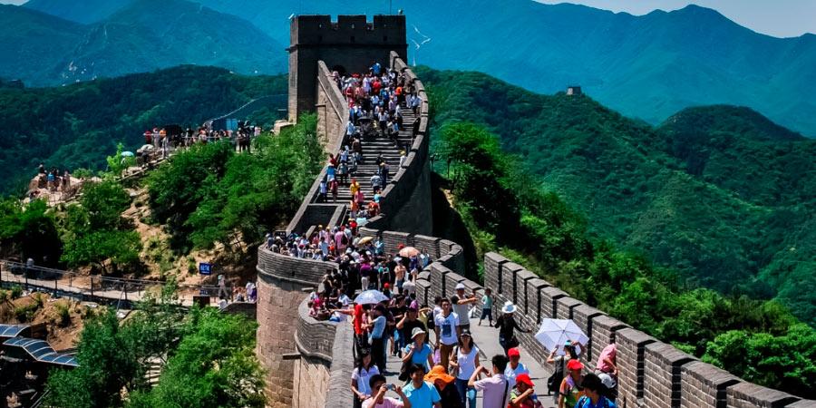 туристы на китайской стене